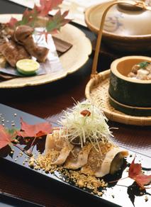 江戸末期に創業し、現代にその息吹を伝える豊島屋はお客様に至福の時間を提供出来るよう「食」「温泉」「部屋」「接客」にこだわリ続けたお宿です。
